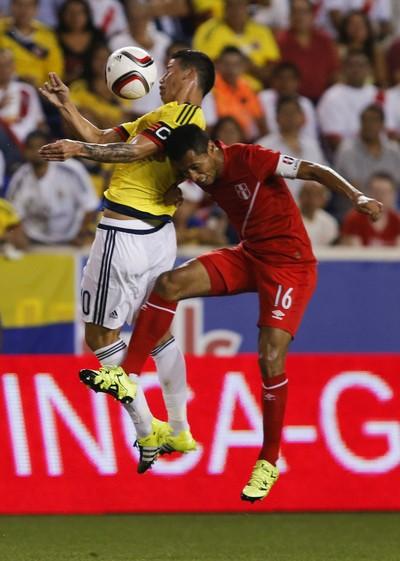 James Rodriguez Carlos Lobatón Colômbia x Peru amistoso (Foto: EFE)