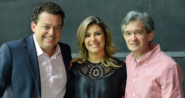 Fernando Rocha e Flávia Freire, do Bem Estar, com Serginho Groisman, do Altas Horas, se encontram nos bastidores da campanha (Foto: Zé Paulo Cardeal/Globo)