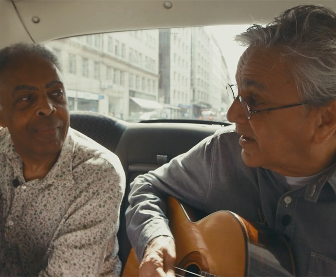 Caetano e Gil cantam London, London pelas ruas de Londres a bordo dos tradicionais black cabs (Foto: Reprodução)