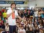"""Guga esbanja simpatia em papo com mais de 400 jovens: """"Empenho total"""""""
