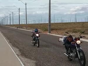 Imagens mostram uma das vítima realizando manobras arriscadas e sem uso de capacete (Foto: Reprodução/ TV Grande Rio)