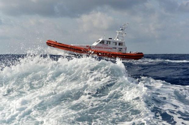Embarcação das forças de segurança da Itália realiza patrulha na região próxima à ilha de Lampedusa, na Itália. Embarcação que levava cerca de 500 imigrantes africanos naufragou na última quinta-feira (Foto: Alberto Pizzoli/AFP)