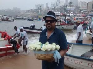 Professor faz questão de ir até a beira do mar para entregar as oferendas à Iemanjá (Foto: Rafael Teles / G1)