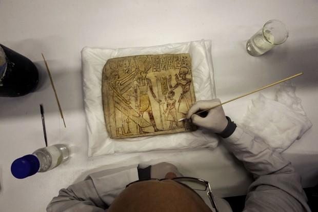 Técnico trabalha em peça no centro de conservação do Grande Museu do Egito, que está em construção em região próxima do Cairo, no Egito  (Foto: AP Photo/Amr Nabil)