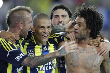 Alex, Cristian e Raúl Meireles em vitória do Fenerbahçe (Foto: Divulgação / Site oficial)
