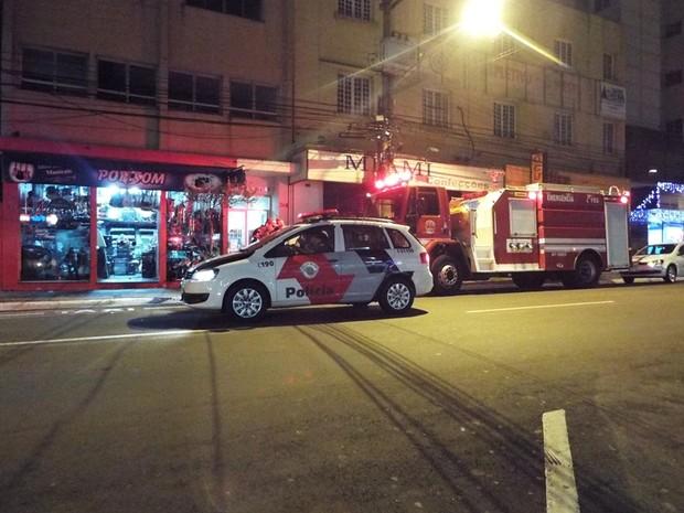 Corpo de Bombeiros fez resgate de moradores presos em elevador (Foto: Divulgação/Nelson Minucci)