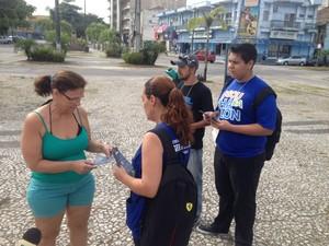 Agentes da Secretaria da Saúde e voluntários entregam panfletos sobre o combate à dengue em Paranaguá (Foto: Luiza Vaz/ RPC)