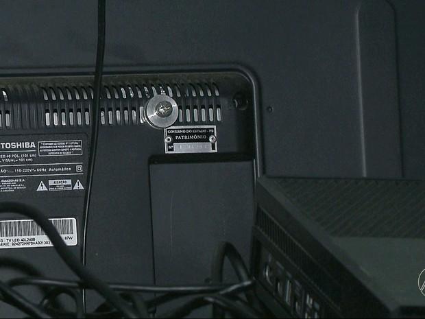 Uma das TVs apreendidas é tombada e pertence ao governo da Paraíba (Foto: Reprodução/TV Cabo Branco)
