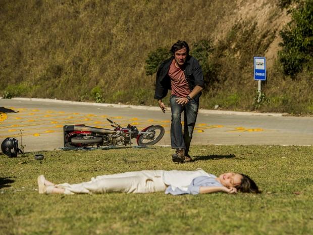 Laura sofre acidente grave e Caíque corre para socorrê-la (Foto: Renato Rocha Miranda/ TV Globo)