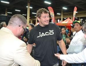 Peso-pesado Matt Mitrione cumprimenta amigos na expo (Foto: Adriano Albuquerque / Globoesporte.com)
