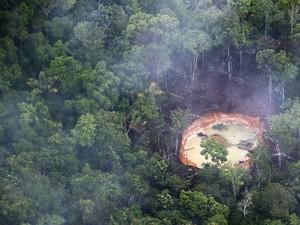Garimpo ilegal localizado no meio da floresta amazônica, na Venezuela. A imagem foi feita em 17 de novembro deste ano durante sobrevoo sobre a região (Foto: Jorge Silva/Reuters)