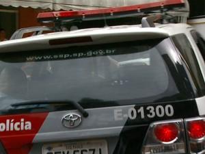 Suspeito detido pelo Baep deixa garagem da Prefeitura de Campinas na viatura do Baep (Foto: Reprodução EPTV)