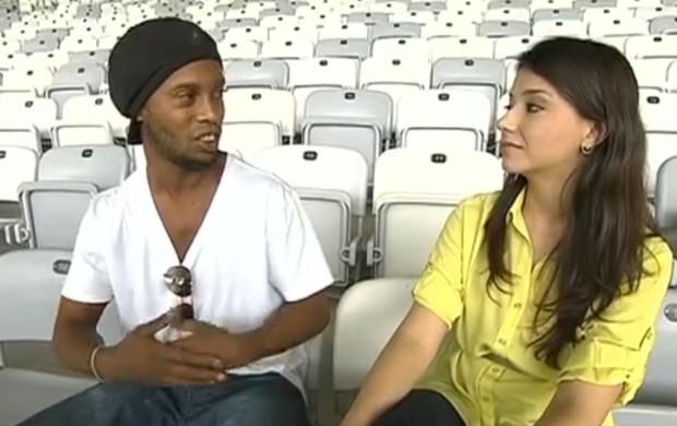 Ronaldinho Gaúcho e Maíra Lemos, repórter da Globo Minas (Foto: Reprodução / TV Globo)