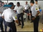 Vídeo: PMs de farda afastam carteiras e dançam funk em sala de aula no DF