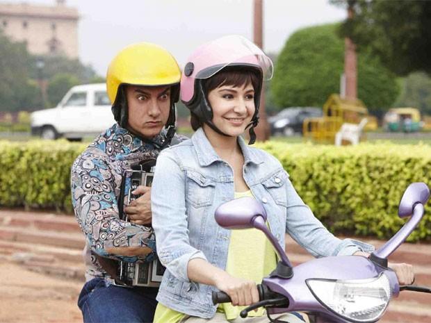 Os atores Aamir Khan e Anushka Sharma em cena do polêmico filme indiano 'PK' (Foto: Divulgação)