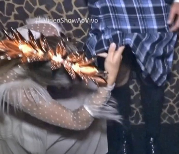 Giovanna Ewbank confere por debaixo da saia de Bruno Gagliasso (Foto: Vídeo Show / TV Globo)