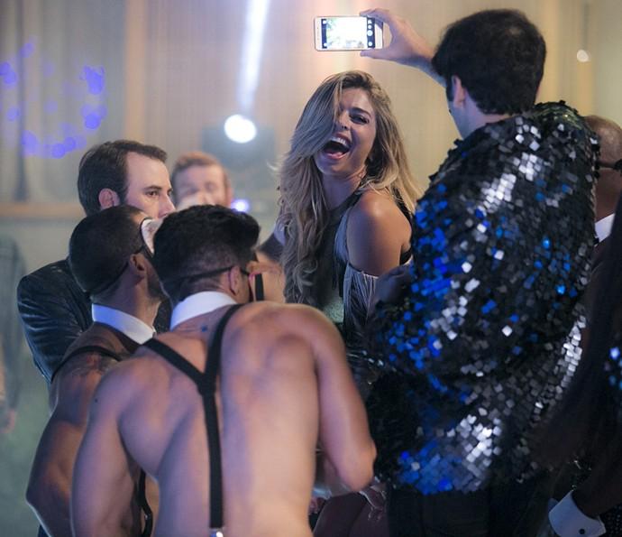 Loira se diverte com os gogo boys na festa de Analu (Foto: Raphael Dias/Gshow)
