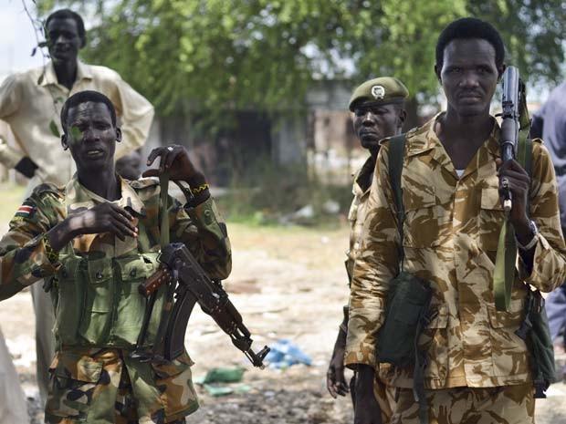 Soldados do Exército do Sudão do Sul patrulham a cidade de Bentiu, no Sudão do Sul, em junho (Foto: AP Photo/Jason Patinkin)