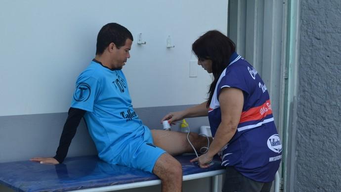 Edilsinho é avaliado por fisioterapeuta do Vilhena (Foto: Jonatas Boni)