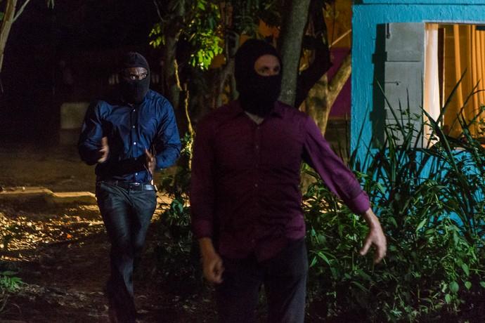 João Amaro entra na casa junto com seus capangas (Foto: Artur Meninea/Gshow)