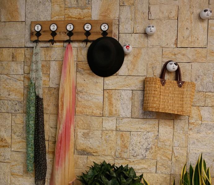 Ganchos para o hall de entrada compõem a decoração e deixam acessórios à mão (Foto: Ellen Soares / Gshow)
