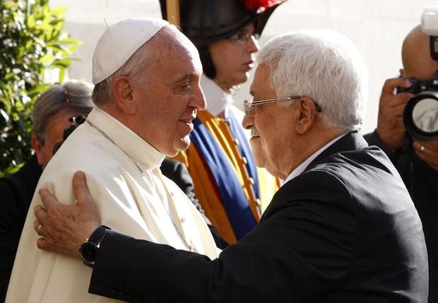 Papa Francisco cumprimenta o presidente palestino, Mahmoud Abbas, em sua chegada ao Vaticano neste domingo (8) (Foto: Riccardo De Luca/AFP)