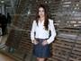 Look do dia: Selena Gomez aposta em saia jeans e blusa branca em desfile