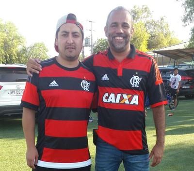 Líder da Fla-Chile, Francisco Pancho posa ao lado de seu amigo Daniel Silva (Foto: Melissa Quintanilha)