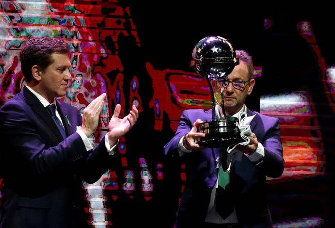 chapecoense trofeu sorteio sul-americana (Foto: REUTERS/Jorge Adorno)