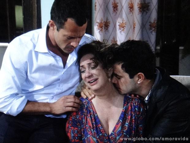 Ordália fica arrasada ao contar a verdade para a família (Foto: Amor à Vida / TV Globo)