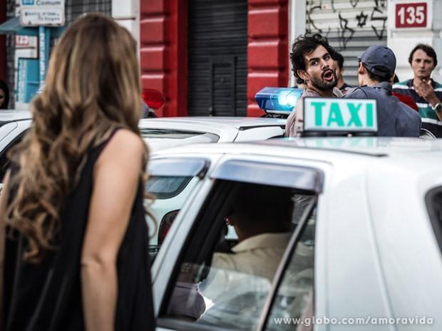 Tudo acontece bem diante dos olhos de Paloma (Foto: Amor à Vida / TV Globo)