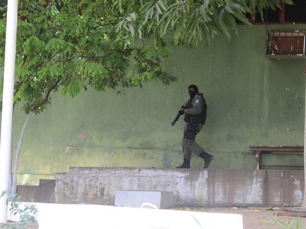 Policiais da Tropa de Choque da PM dentro do presídio (Foto: Gustavo Almeida/G1)