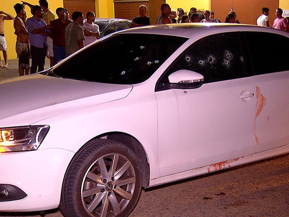 Iriano Serafim Feitosa estava dirigindo o carro, ao lado da esposa, a advogada Ana Paula Nelson, quando foi baleado (Foto: Reprodução/Inter TV Cabugi)