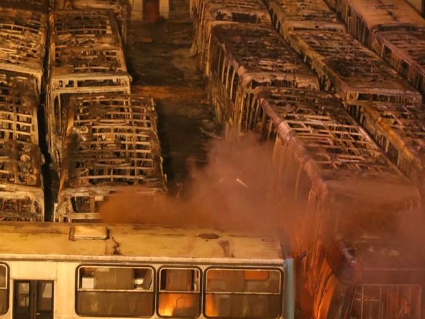 Incêndio em garagem de ônibus na zona sul de São Paulo destruiu, no início da noite desta terça-feira, pelo menos 20 veículos  (Foto: Daniel Teixeira/ Estadão Conteúdo)