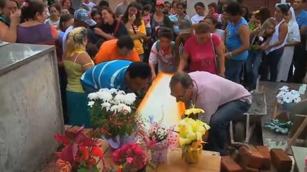 Enterro de Patrícia Sosin de Oliveira foi marcado por comoção em Erechim (Foto: Reprodução/RBS TV)