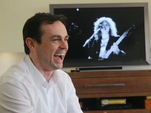 Sorriso durante a entrevista e The Killers na TV imagem jovial e descolada  (Foto: Bruna Zanatta/G1)