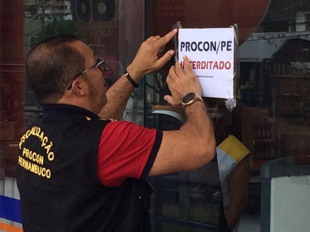 Supermercado na Zona Norte do Recife é interditado por apresentar irregularidades (Foto: Ana Regina/ TV Globo)