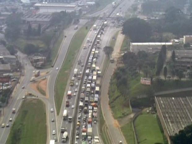 Segundo PRF, motoristas enfrentavam 16 km de filas no sentido Rio de Janeiro (Foto: Reprodução/TV Globo)
