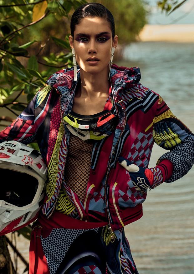 Casaco, camisa e saia, tudo Versace; top, R$ 30, B.Luxo.  (Foto: Zee Nunes)