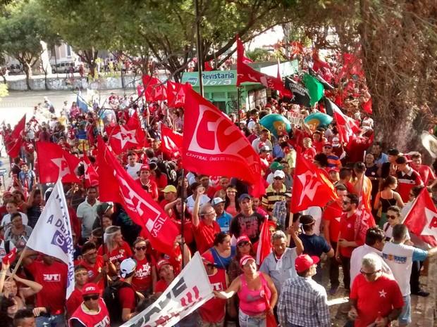 Manifestantes ocupam a Praça da Bandeira, no Centro de Fortaleza (Foto: Elias Bruno/G1)