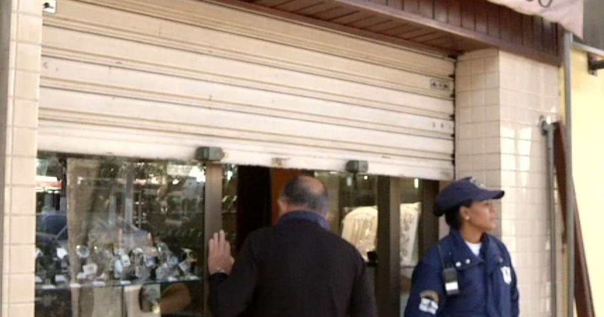 2cf71a7d8ab Assaltantes tentam roubar joalheria e ferem proprietário