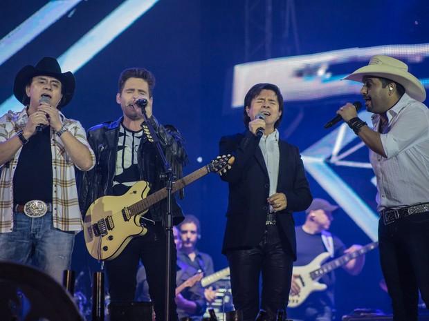 No palco Chitãozinho e Xororó e Edson e Hudson cantam com a arena lotada (Foto: Mateus Rigola/G1)