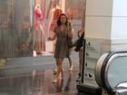 De vestidinho, Isis Valverde passeia com amiga em shopping