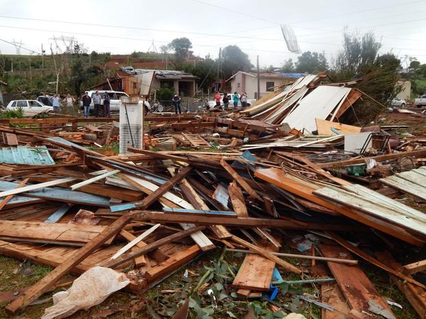 Casa onde motorista de van alcimar sutil morreu tentando salvar a familia após tornado em xanxerê (Foto: Laion Espíndula/G1)