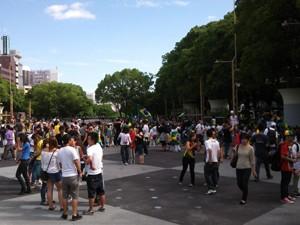 Manifestantes cantaram o Hino Nacional em Nagoya, no Japão, na tarde de segunda-feira (24).  (Foto: Andre Luiz Pereira da Silva/VC no G1)