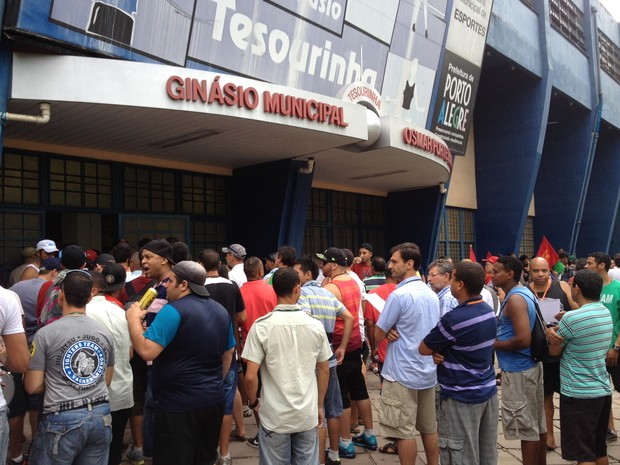 Rodoviários fizeram assembleia para avaliar greve em Porto Alegre (Foto: Estêvão Pires/G1)