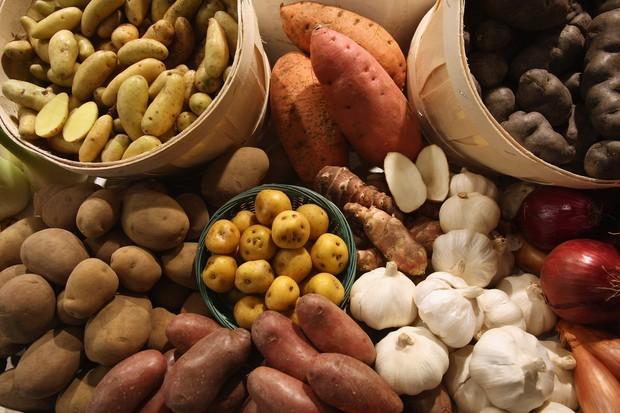 Alho e batatas (Foto: Getty Images)