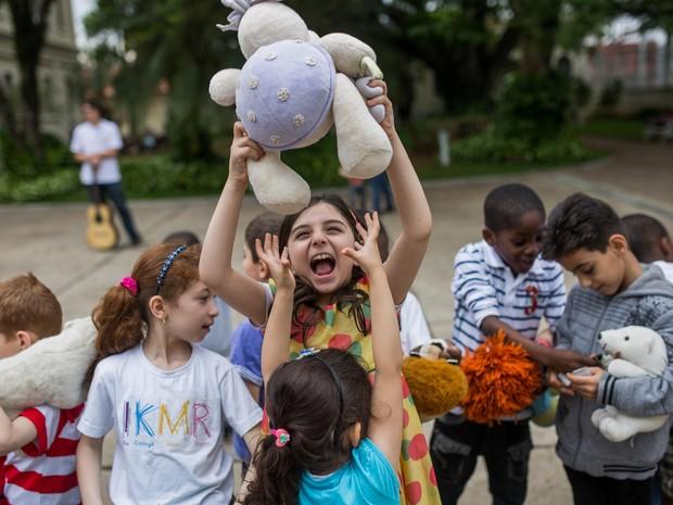 Crianças ganharam brinquedos por causa do Dia das Crianças (Foto: Victor Moriyama/ G1)