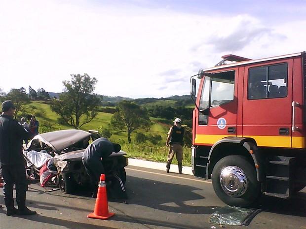 Duas pessoas morreram no local após carro bater em carreta em Lavras (Foto: Corpo de Bombeiros)