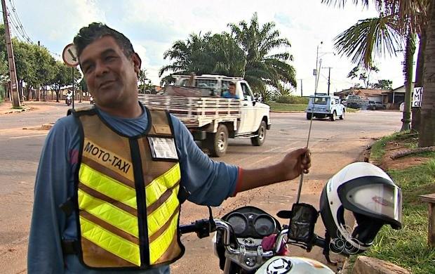 O mototaxista Antônio Freitas se previne com uma haste de metal que impede que linha fique presa ao pescoço (Foto: Acre TV)
